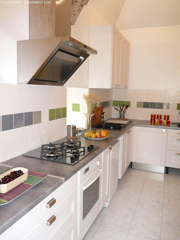Une cuisine new look enti rement repens e decoemotion for Emploi decoratrice d interieur